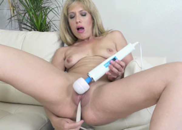 Stevie Lix masturbates with her pantyhose